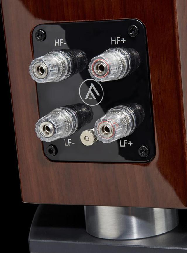 画像: エンクロージャーは背面に向かってすぼまる独特の形をしている。ピアノグロス仕上げは高級感たっぷり。ケーブル接続はバイワイヤリングに対応する