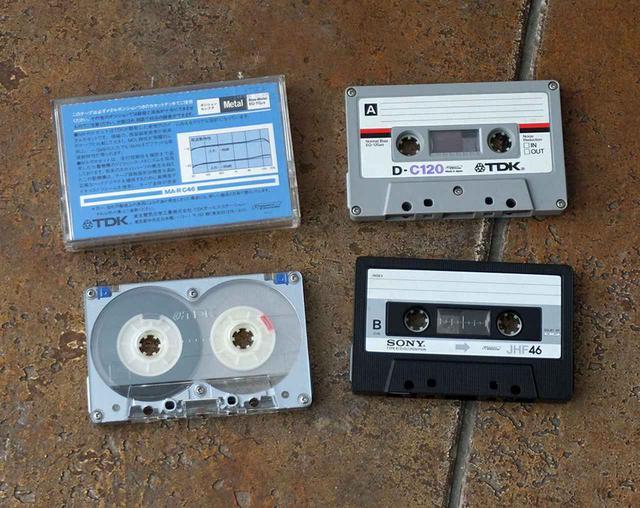 画像: 30年前によく聞いていたカセットテープたち。左側TDK製のアルミケースを採用したメタルテープなんて、超高級品でした