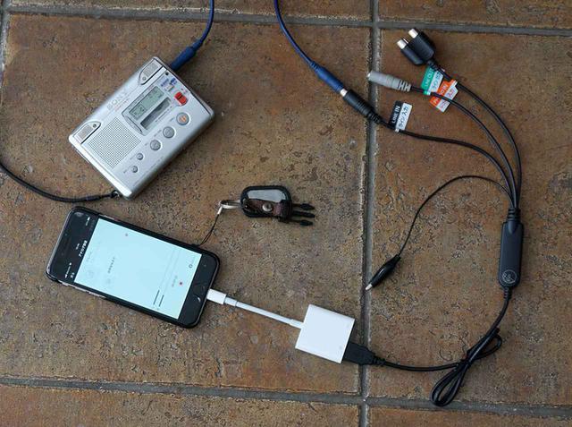 画像: カセットテープからiPhoneへの録音時の接続。左上のカセットのヘッドホン出力をADレコにつなぎ、ADレコとiPhoneの間にアップルのLightning-USB 3カメラアダプターを挟んでいる