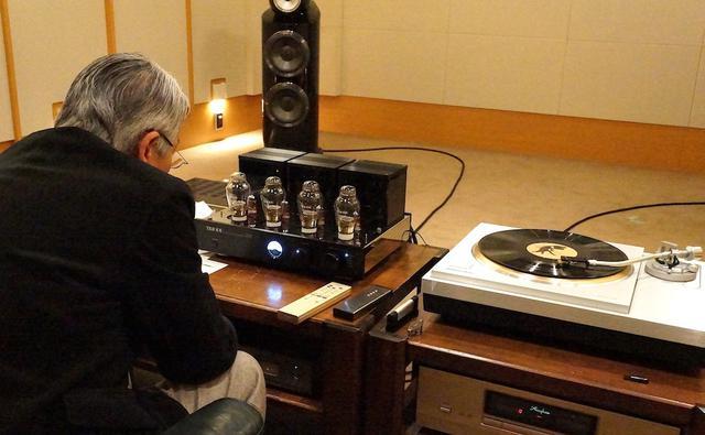 画像: フォノ再生での質感を確認する高津氏。