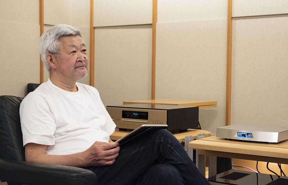 画像: T2の音を楽しそうに聴く和田さん。44.1kHz/16ビットのCDクォリティから、弊社のDSD 11.2MHzソースまで、幅広く取材していただきました