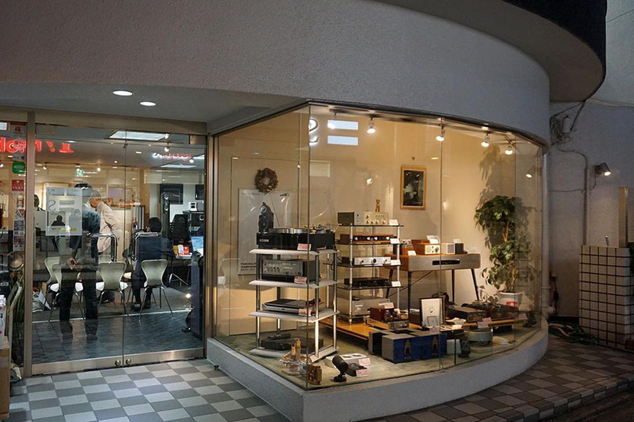 画像: 東急東横線・学芸大学駅から徒歩3分、商店街の中に出現するハイエンドな空間がホーム商会だ。ビンテージの名機から、比較的手頃な価格帯の中古モデル(どれも状態がいい)まで豊富に揃っているのも魅力だ