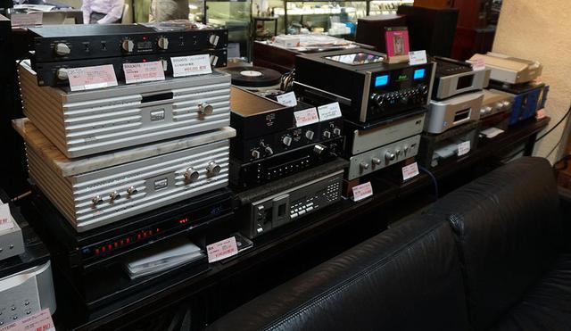 画像: メイン試聴室の再生機器。今回は写真左側に見えるフォノイコライザーのソウルノート「E2」と、中央右側のプリアンプ、マッキントッシュ「C53」をバランス接続している