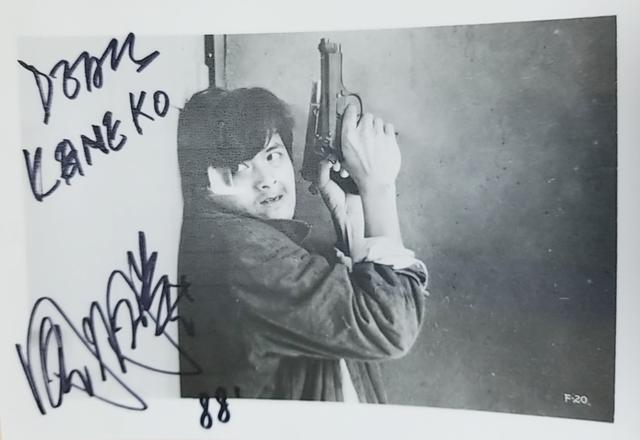 画像: インタビュー時に入手したユンファのサイン入り写真。2丁拳銃は『男たちの挽歌』の真骨頂だ
