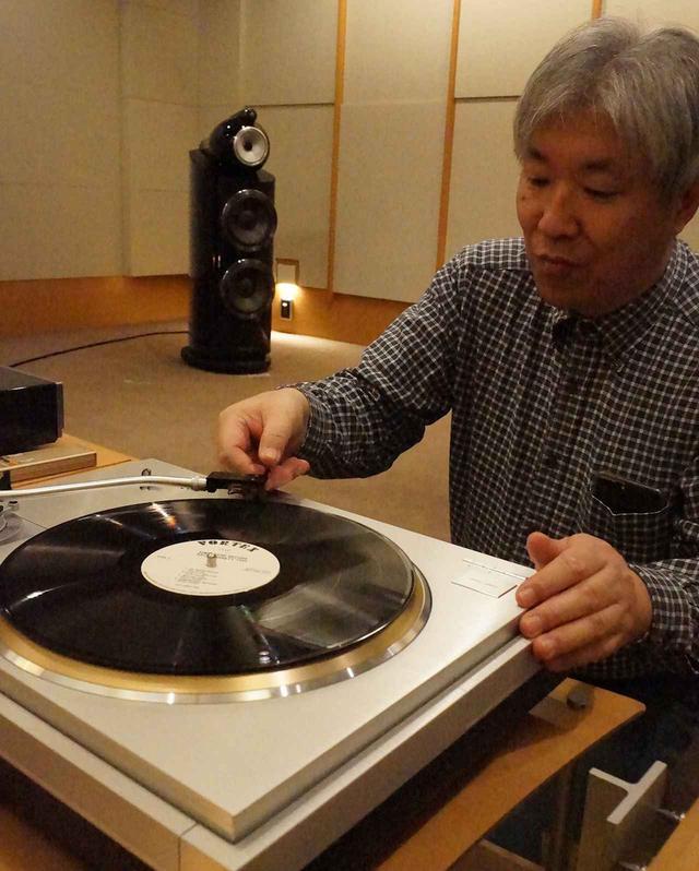 画像: MC A Monoでモノーラル盤LPを視聴する三浦氏。