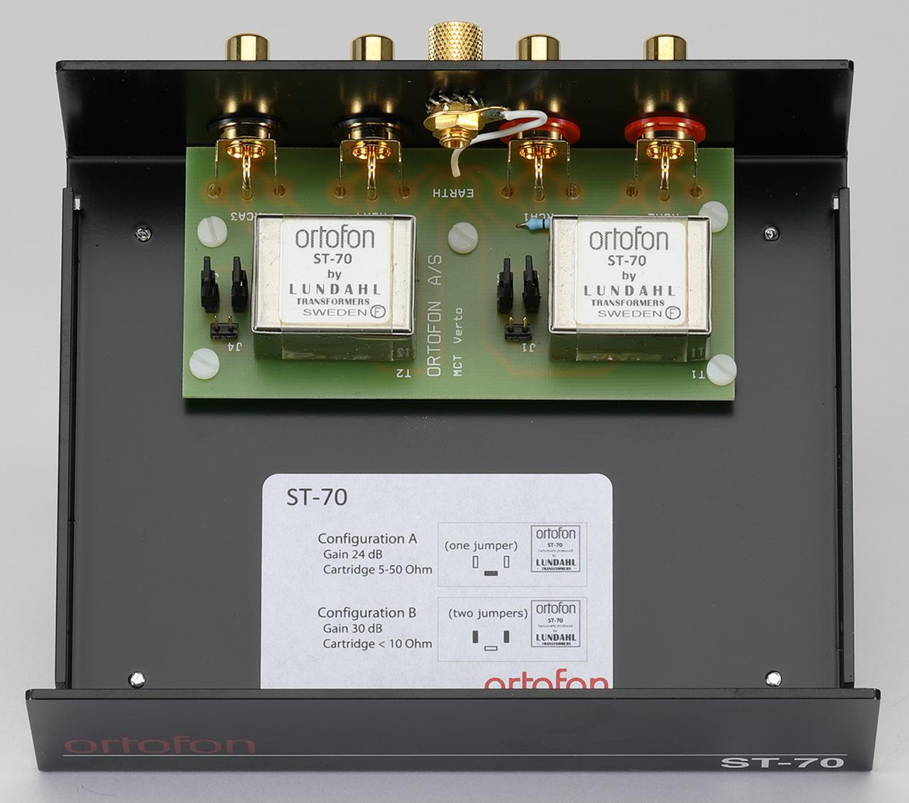 画像: ST-70の内部を見る。昇圧トランスはスウェーデン・ルンダール製の特注品をL/R独立で搭載。合金素材のμ-metal製ケースに封入されて高いシールド性能を備える。各1系統の入出力端子とトランスは最短配線される。インピーダンス変更は内部基板上のジャンパーピンで行なう。