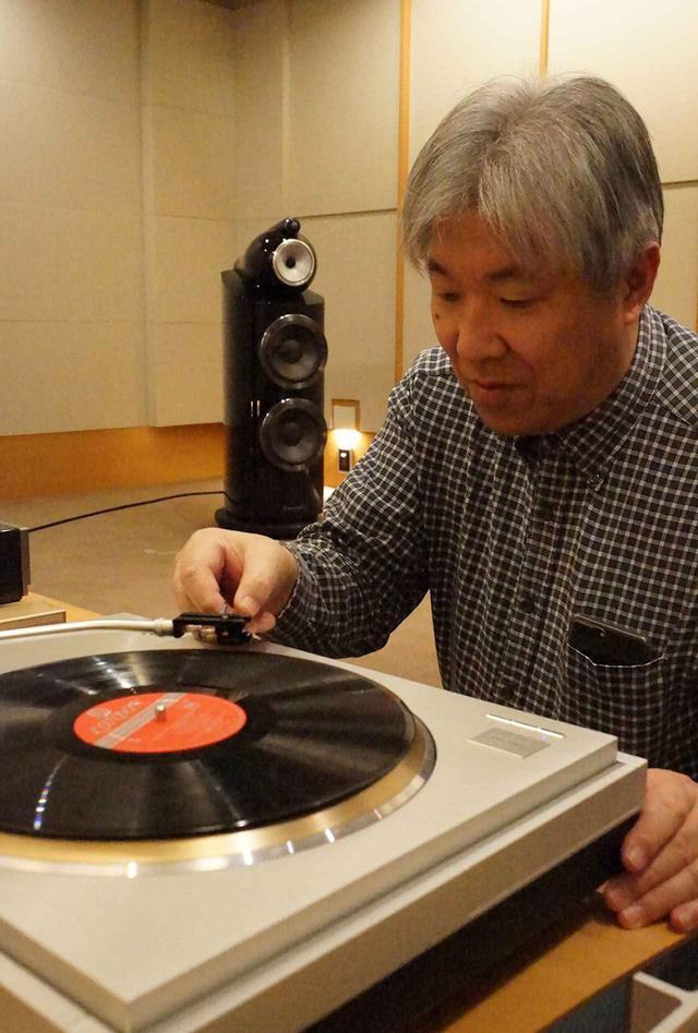 画像: Ultimate-天空 Xをレコード盤に下ろす三浦氏。アナログプレーヤーはリファレンス機のテクニクスSL1000Rを使用。