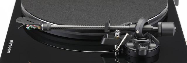 画像: トーンアームはスタティックバランス・ストレート型。トラッキング角度を付けた専用ヘッドシェルは別売¥5,000で追加購入可能。