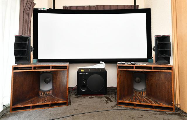 画像: 酒井さんは、自宅のホームシアター空間でアナログレコードも楽しんでいる。スピーカーはアルテック