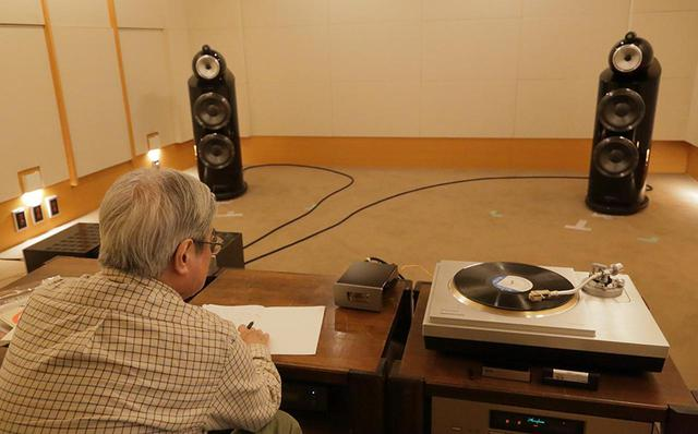 画像: 試聴する吉田氏。フォノEQはエアータイトのプリアンプATC5内蔵回路を使用した。