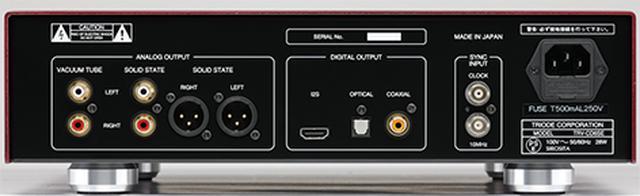 画像: アナログ出力は真空管バッファー回路を通るRCAアンバランス出力と、ソリッドステート回路でのRCAアンバランス、XLRバランス出力の3系統を備える。デジタル出力はRCA同軸とTOS光に加えI²S端子も備える。その右はWORD CLOCKと10MHz基準信号の外部同期信号入力端子。