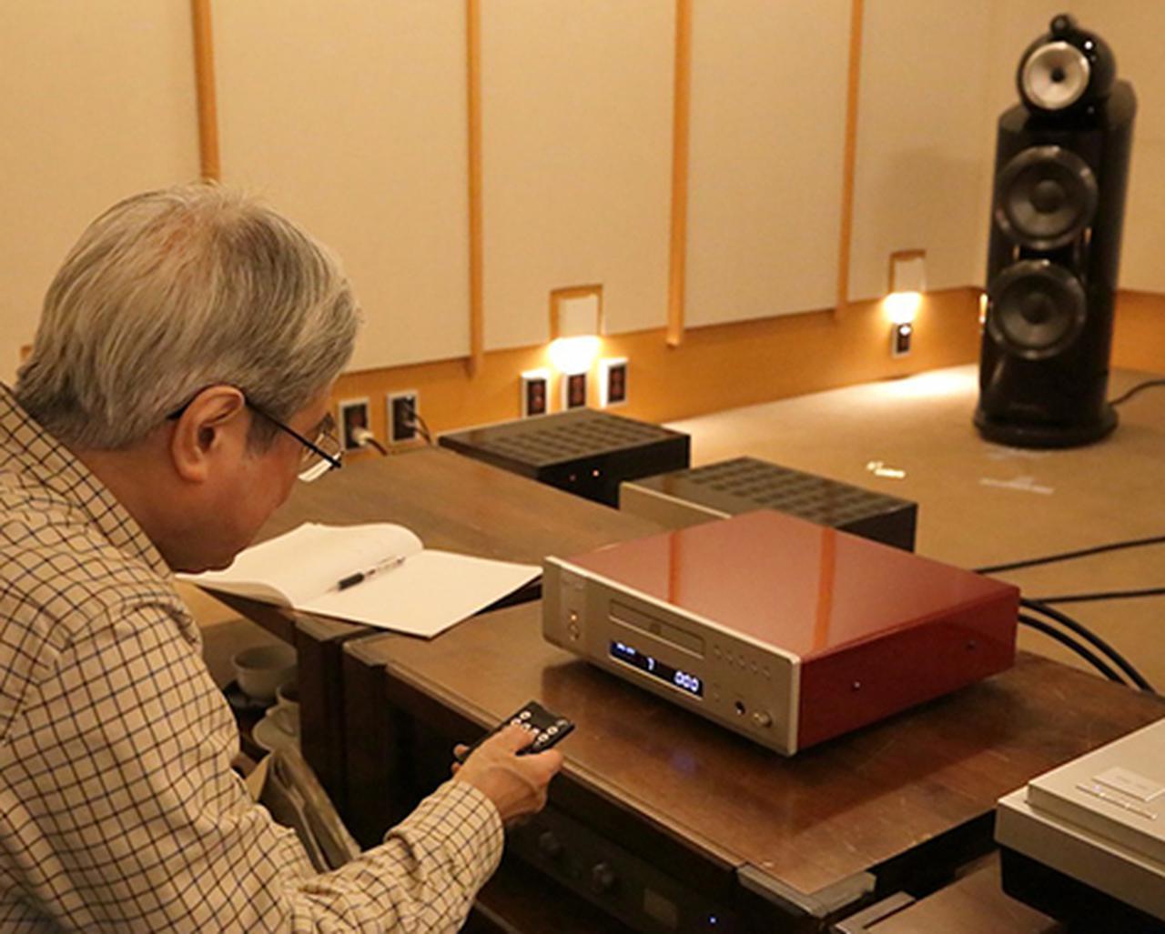 画像: リモコンでTRV-CD6SEを操作する吉田氏。