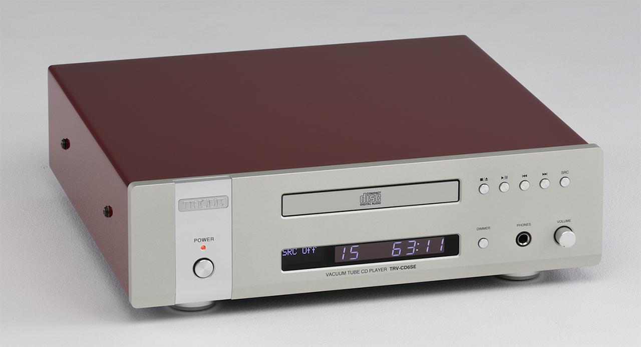 画像: トライオード TRV-CD6SE ¥280,000 ●対応ディスク:CD、CD-R●アナログ出力:3系統(真空管出力=RCAアンバランス、半導体出力=RCAアンバランス、XLRバランス)●デジタル出力:RCA同軸、TOS光、I2S HDMI●サンプリング周波数/ビット数:最大352.8kHz/32bit(PCM)、5.6MHz(DSD)●クロック入力:WORD CLOCK端子(BNC、44.1kHz、11.2MHz、22.6MHz、45.2MHz)、10MHz基準信号(BNC)●寸法/重量:W345×H105×D335mm/8.1kg●備考:リモコン付属、MQA-CD対応●問合せ先:(株)トライオード