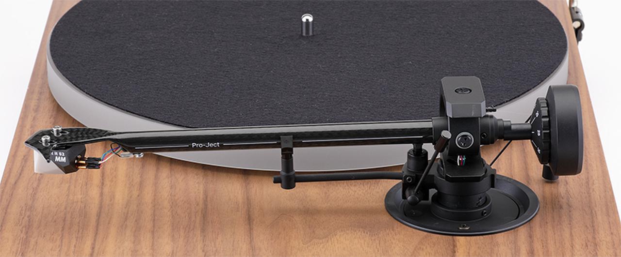 画像: ↑X1のトーンアームは8.6インチ長のシェル一体型。アームパイプはカーボンとアルミの2重構造。