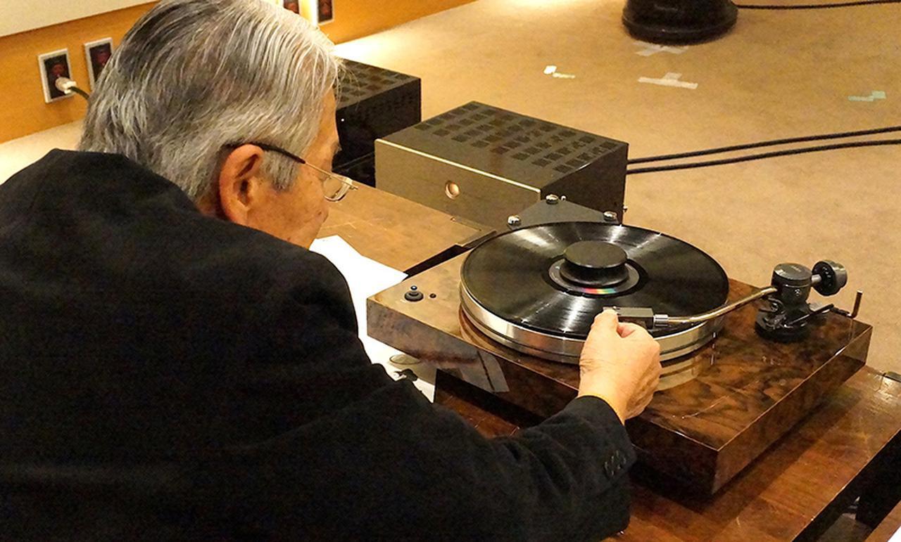 画像: ↑XTENSION9TAを試聴する高津氏。 試聴に使用したカートリッジはフェーズメーション PP2000(¥440,000)。