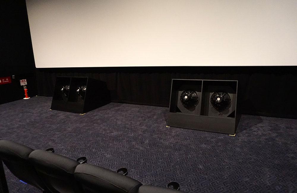 画像: 2番シアターに置かれた大型サブウーファー。スクリーン下の、必ず目に入る位置に鎮座している