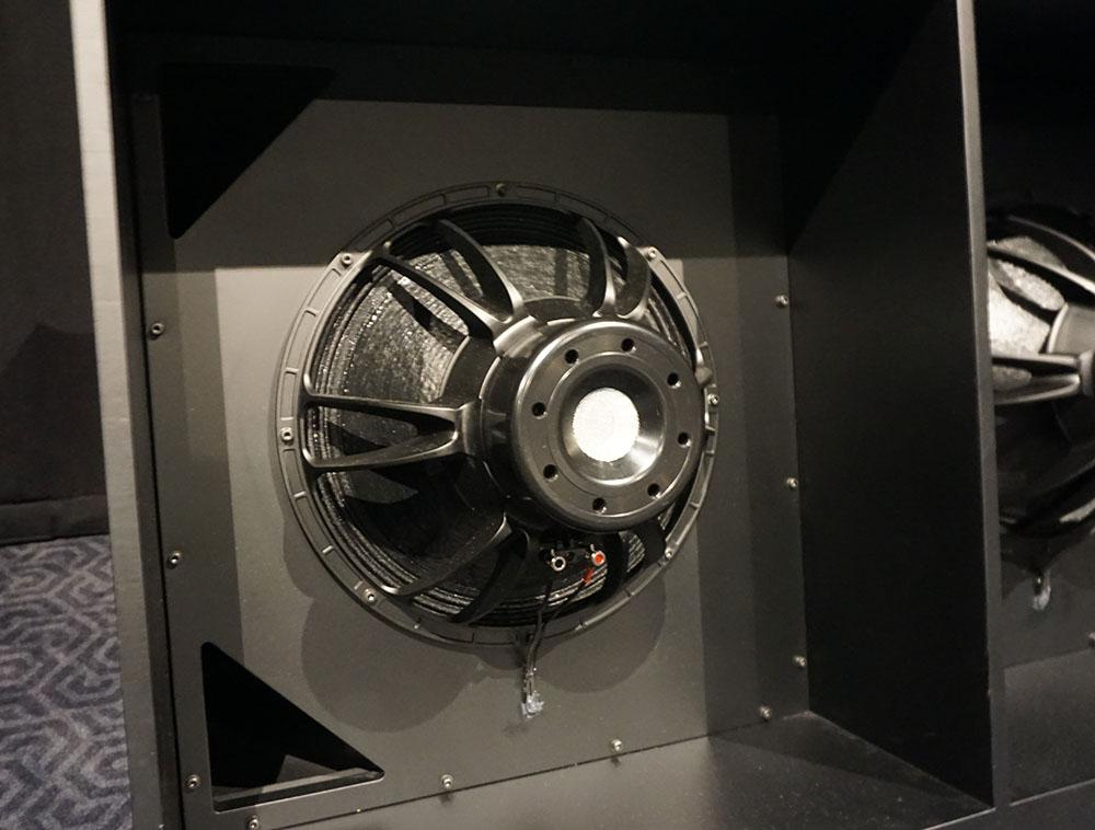 画像: 18インチウーファーユニットを対向に配置するアイソバリック方式を採用。片チャンネルに4基のウーファーが使われるという強力な仕様だ