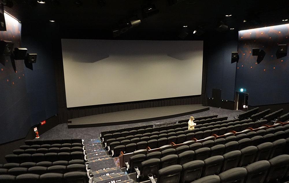 画像: 10番シアターを一番後ろの席から見渡してみた。スクリーンサイズは幅14.4m×高さ6.2m