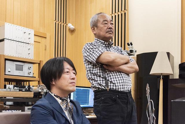 画像: 4350システムを試聴する土方さんと永瀬さん。ふたりとも目が真剣!