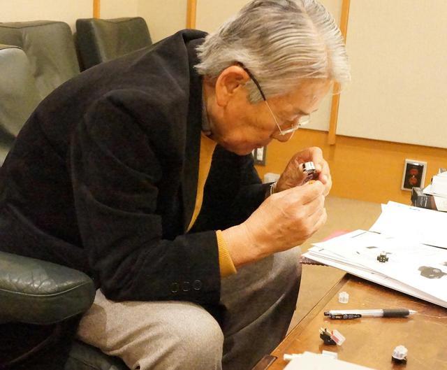 画像: AT-VM95シリーズの針先の違いを確認する高津氏。