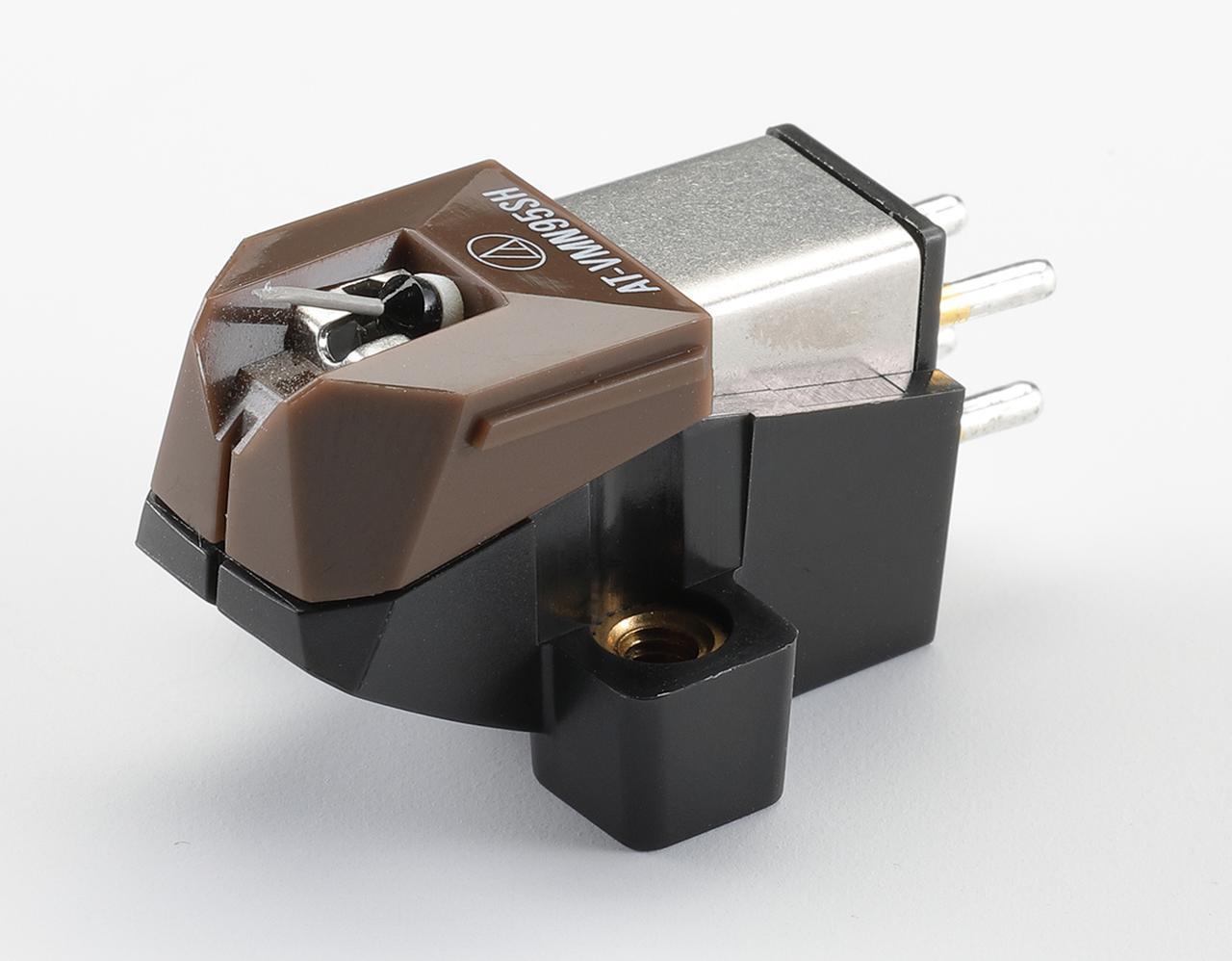 画像: オーディオテクニカ AT-VM95SH ¥33,000 ●発電方式:VM型●出力電圧:3.5mV(1kHz、5cm/sec)●推奨負荷抵抗:47kΩ●適正針圧:1.8g〜2.2g(2.0g標準)●推奨負荷容量:100〜200pF●カンチレバー:アルミニウムパイプ●自重:6.1g●交換針:AT-VMN95SH(¥30,000)●問合せ先:(株)オーディオテクニカ