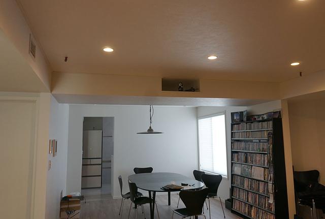 画像: 部屋の天井中央に大きな梁が! 確かにプロジェクターは見えないけれど、せっかくの開放的な空間が台無しに