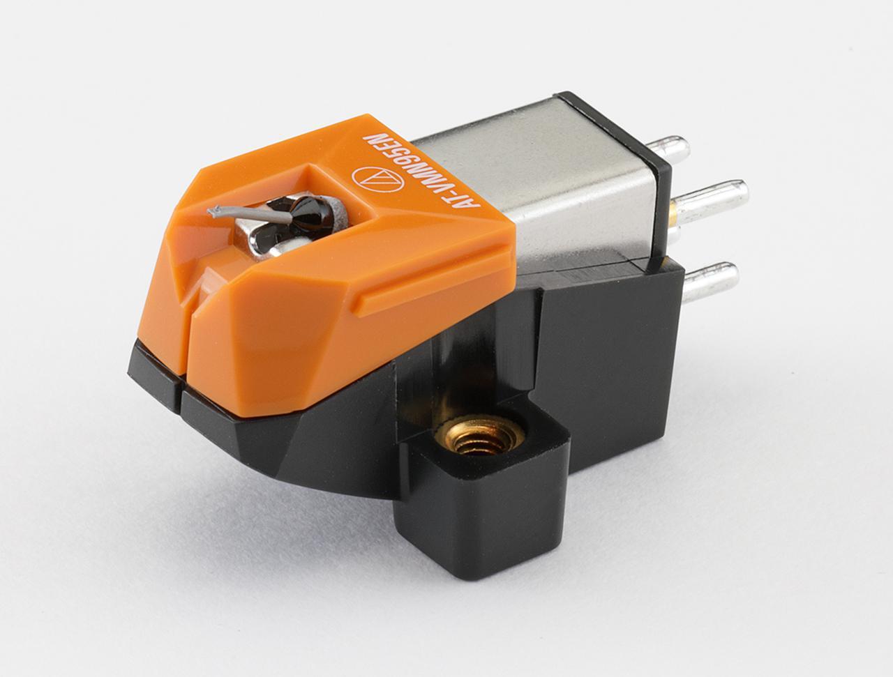 画像: オーディオテクニカ AT-VM95EN ¥15,000 ●発電方式:VM型●出力電圧:3.5mV(1kHz、5cm/sec)●推奨負荷抵抗:47kΩ●適正針圧:1.8g〜2.2g(2.0g標準)●推奨負荷容量:100〜200pF●カンチレバー:アルミニウムパイプ●自重:6.1g●交換針:AT-VMN95EN(¥12,000)●問合せ先:(株)オーディオテクニカ