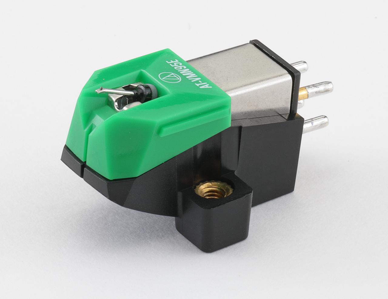 画像: オーディオテクニカ AT-VM95E ¥8,000 ●発電方式:VM型●出力電圧:4.0mV(1kHz、5cm/sec)●推奨負荷抵抗:47kΩ●適正針圧:1.8g〜2.2g(2.0g標準)●推奨負荷容量:100〜200pF●カンチレバー:アルミニウムパイプ●自重:6.1g●交換針:AT-VMN95E(¥5,000)●問合せ先:(株)オーディオテクニカ