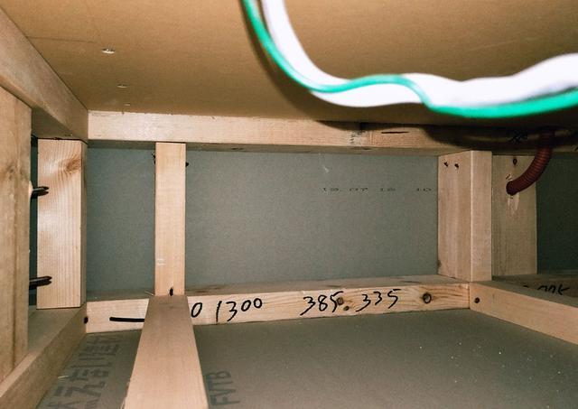 画像: 天井の梁の内部は、まったくの空洞でした