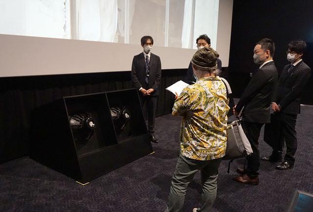 画像: 上映時の詳細をインタビューする久保田さん。轟音上映時には規格の範囲内で低音や高音のバランスを微調整して、より迫力があって切れのいいサウンドを再現するのだとか