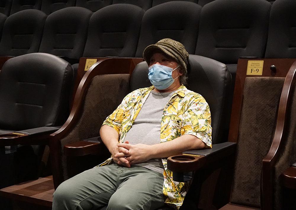 画像: 6番と10番シアターには、プレミアムボックスシートがそれぞれ9席準備されている。写真は10番シアターのプレミアムボックスシートに座る久保田さん