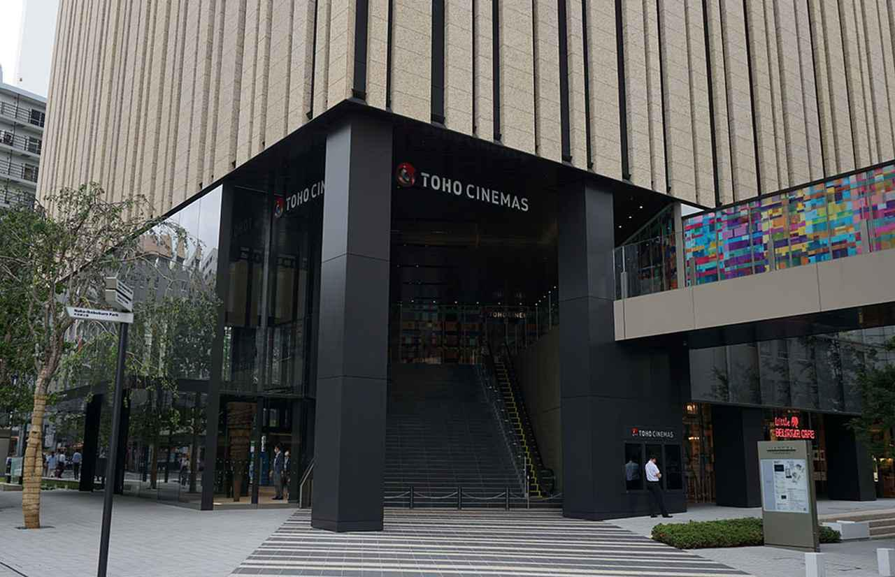 画像: TOHOシネマズ池袋のエントランス。写真中央の大階段を上った正面に劇場の入り口がある