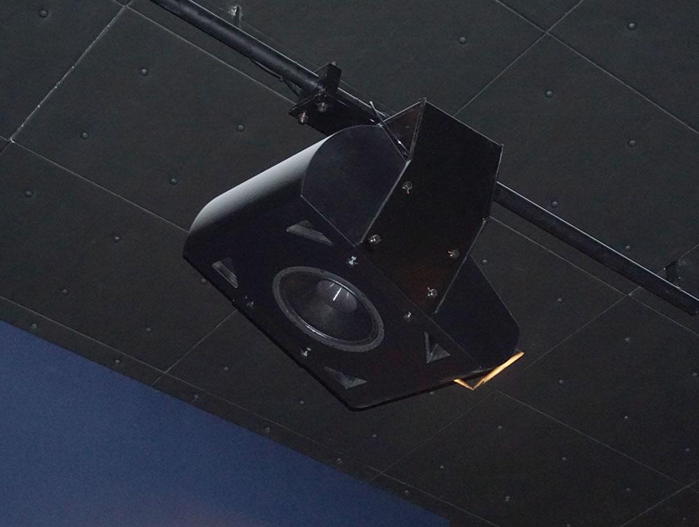 画像: トップやサラウンド用に設計されたカスタムスピーカー。20cmユニットを搭載したモデルで、上面と下面に曲面加工を加えたエンクロージャーを開発したとのこと