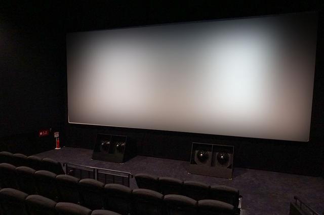 画像: 2番シアターは座席数143(車椅子席2)とTOHOシネマズ池袋の中では小ぶりな劇場となる。そのスクリーン前には大型サブウーファーが左右にそれぞれ1基置かれ、質のいい低音を体験できるよう配慮されている
