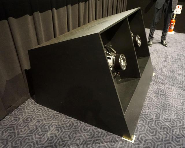 画像: お披露目時には、サブウーファーはフロアーに直接置かれていたが、轟音を再生するとキャビネットが数cm動いていた。オープンまでにどのように設置するかを追い込むとの話だった