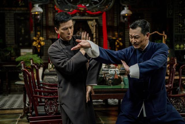 画像: 中華総會で激しく戦うイップ・マン(左)とワン(右)。室内の家具もフル活用したアクションシーンは見物だ。なお、ワンを演じるウー・ユエは、10代のころ八極拳で全国優勝した経験を持つ武術家でもある