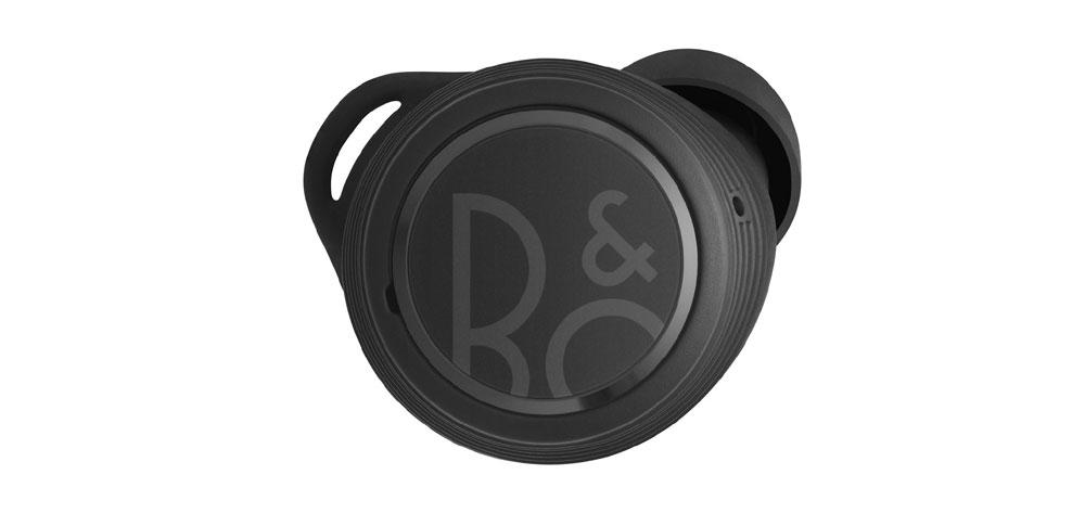 画像: タッチセンサー部分のブランドロゴは、スポーツ性を表現した新デザイン。装着性を高めるイヤーフィンも付属する