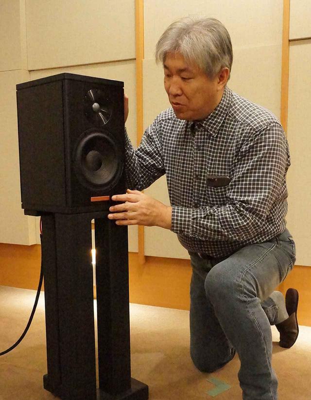 画像: ↑マジコA1のエンクロージュアを確認する三浦氏。