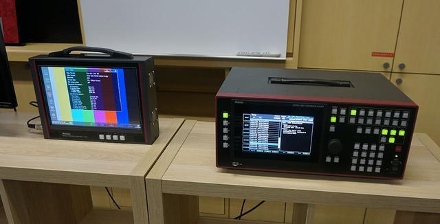 画像: 両モデルの開発時には8K信号がなかったため、写真右の信号発生器や左の測定器を使って手探りで作り上げていったのだとか