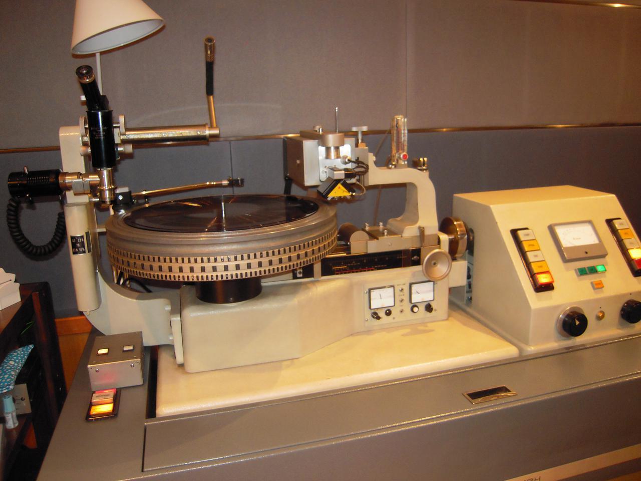 画像: LP製作に採用されたカッティングレースはノイマンVMS70、カッターヘッドは同じノイマンのSX74