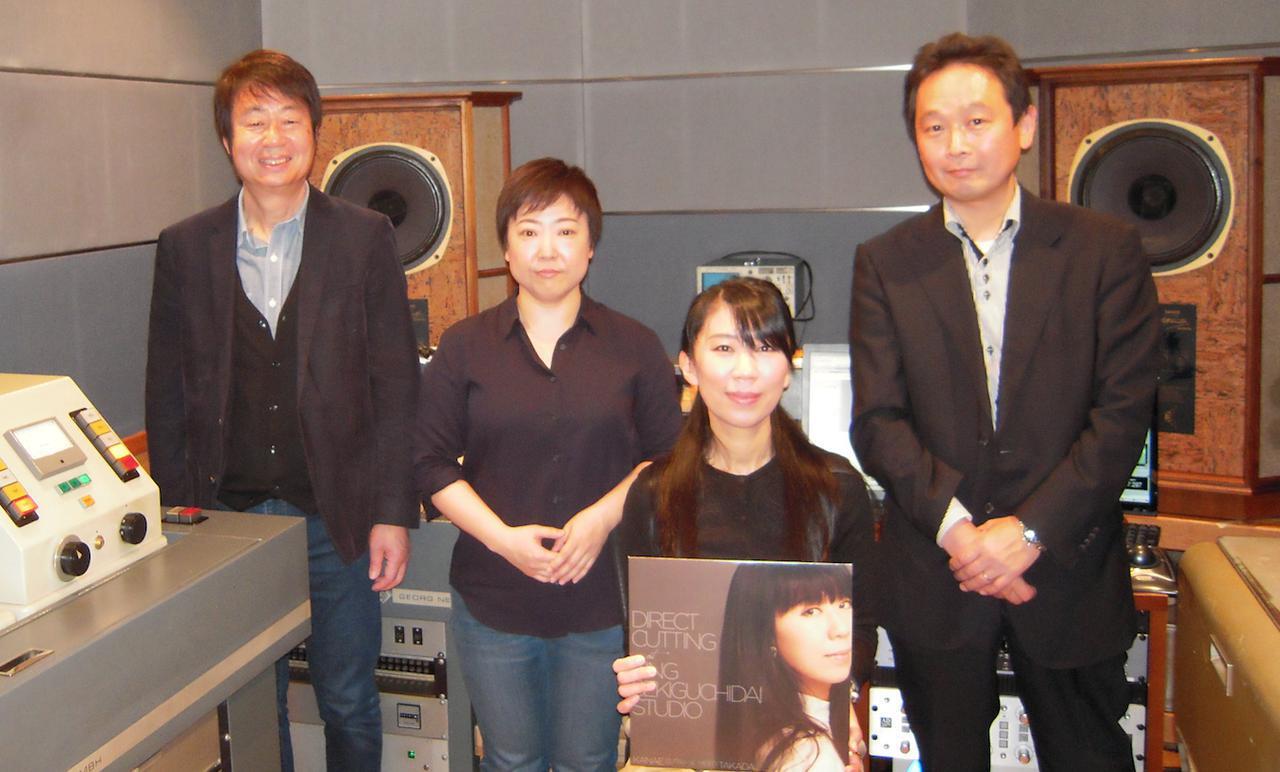 画像: 本作の製作に携わった関係者の面々。左から、レコーディング・エンジニアの高田英男、カッティング・エンジニアの上田佳子(キングレコード)、井筒香奈江、そしてキングレコードの技術部長・高橋邦明
