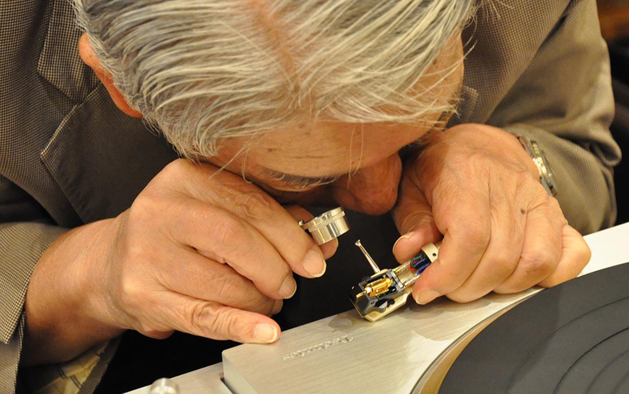 画像: 針先の接合部を確認する高津氏。