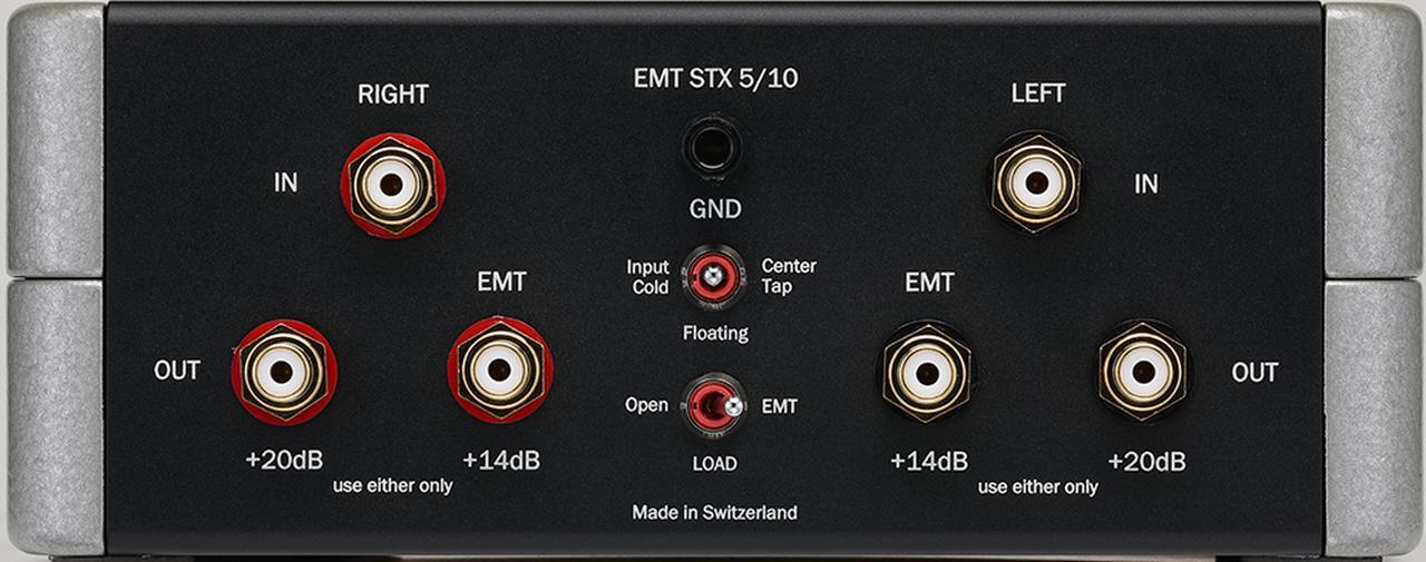 画像: 昇圧トランスSTX5/10の背面。上段が入力、下段は昇圧比+14dB(EMTカートリッジ推奨)と+20dBの2系統の出力。中央部は、上からアース端子、ハムの影響を選択するグラウンドオプション(Input Cold/Floating/Center Tap)、使用カートリッジに応じた負荷切替えのロードオプション(EMT=EMT製/Open=他社製)を配置する。