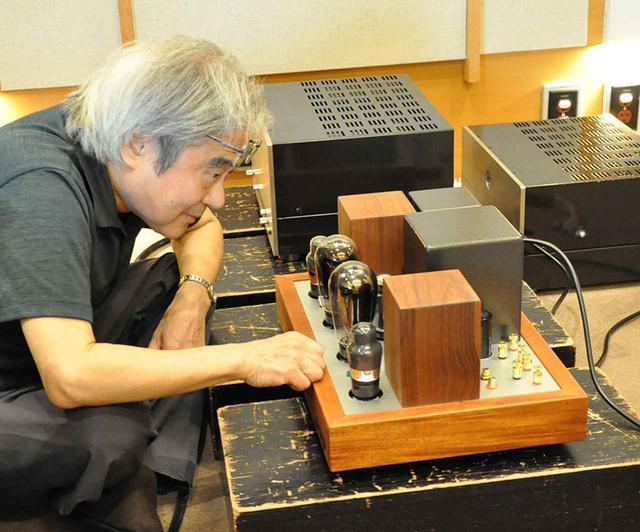 画像: ↑ヴィンテージ管PX25に見入る吉田氏。