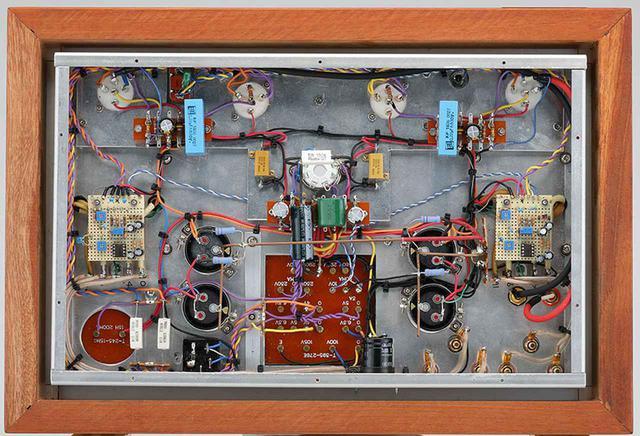 画像: ↑底板を空けた内部。PX25は長寿命と安定度を考慮した交流点火。電源回路は、前段と出力段を分離することで相互の影響や干渉を抑えている。追従型のヒーターハムキャンセル回路が組み込まれている。