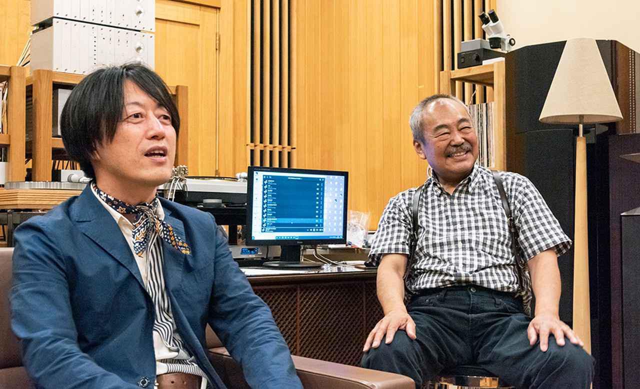 画像: 永瀬さん(右)は、PCアプリのKazooを駆使し複数のハイレゾ再生システムを使いこなしている。土方さん(左)もこれまでもたびたび永瀬邸にお邪魔したことがあるそうだが、毎回音が進化していることに驚かされるとか