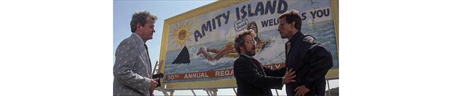 画像: フーパーは前に来て、町を離れるべきだとブロディを説得する 「HELP!!! SHARK」の文字が、ふたりの頭上で見え隠れする