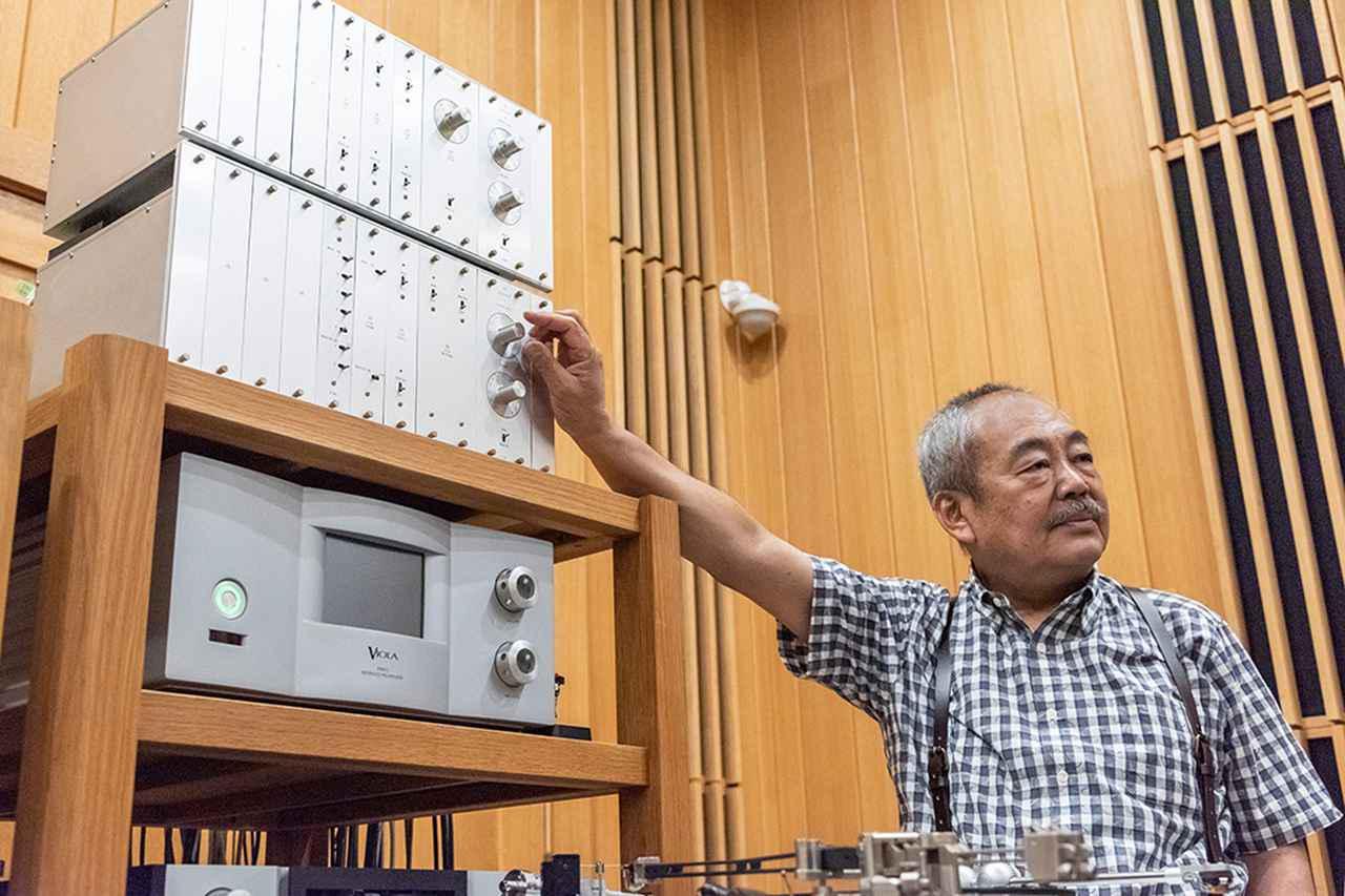 画像: JBL「4350」システム再生用プリアンプには、チェロの「Audio Suite」を使用。上段にはハイレゾ機器、下段にはアナログレコード機器を入力している