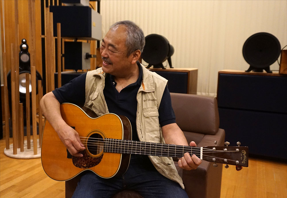 画像: 「Double Woofers'」会長・永瀬宗重さんのオーディオルームで『玉置浩二:群像の星』を体験させてもらう。あまりに自然なギターとヴォーカルに、自宅の音を強く反省した