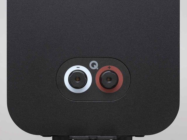 画像: スピーカーケーブルはシングルワイアリング接続のみ。3020iよりもエンクロージャーをサイズアップさせ、よりパワフルな音に